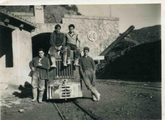 Nuestro Manolo Mateos Jiménez, a sus 16 años, izquierda