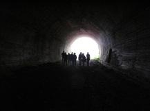 El grupo en el interior de alguno de los túneles de Yera -Engaña norte- (Vega de Pas, Cantabria)